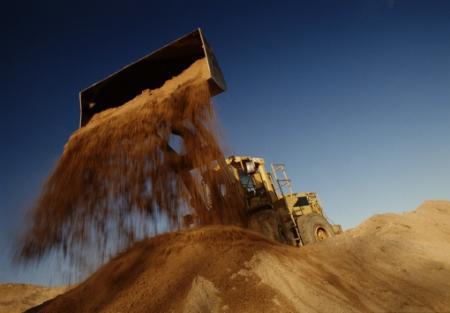 wysypywanie piasku koparką