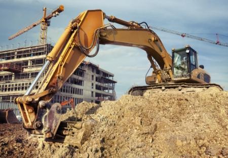 kopanie piasku natle budowy